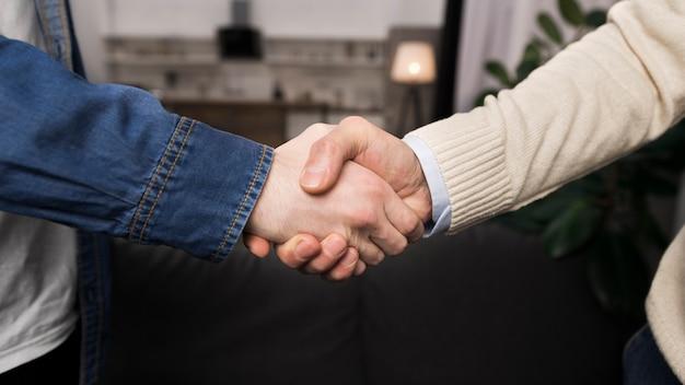 Padre e hijo, estrecharme la mano