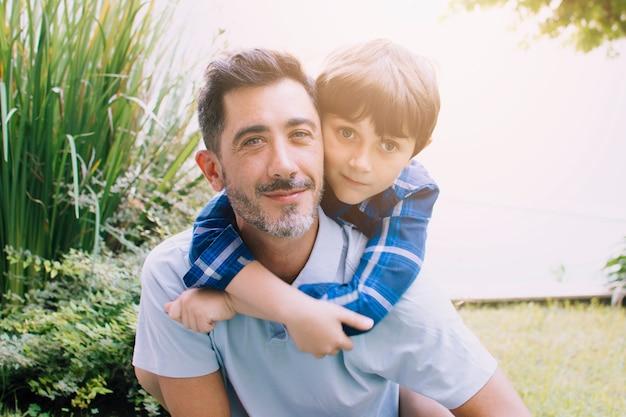 Padre e hijo felices en el día del padre