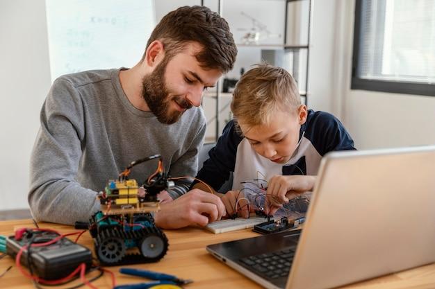 Padre e hijo haciendo robot