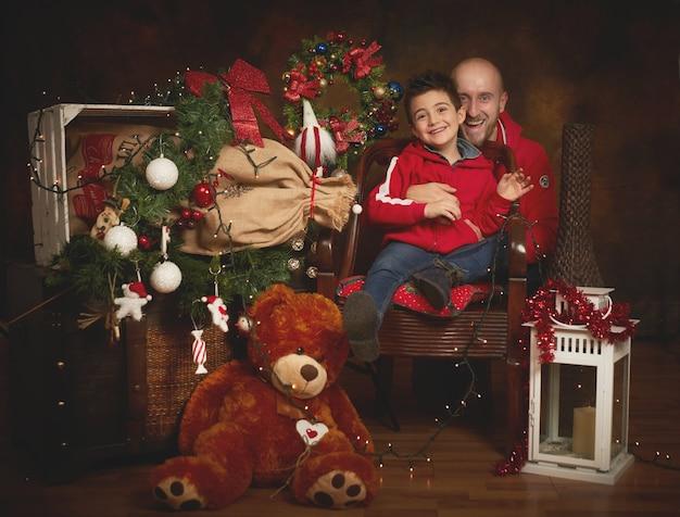 Padre e hijo en el interior navideño