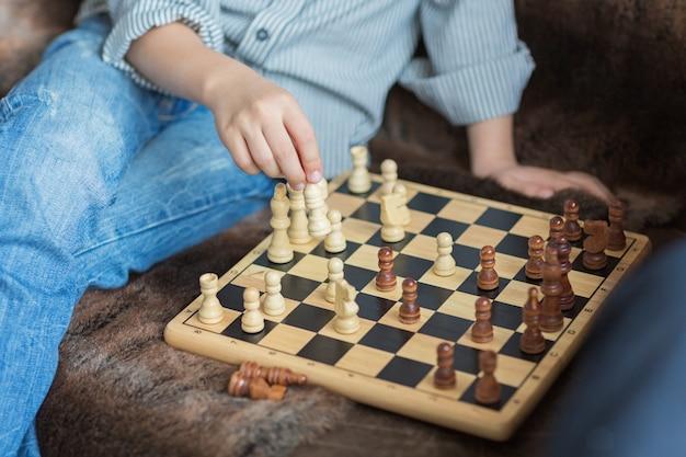 Padre e hijo juegan al ajedrez mientras pasan tiempo juntos en casa