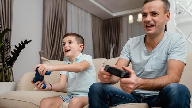 Padre e hijo jugando videojuegos