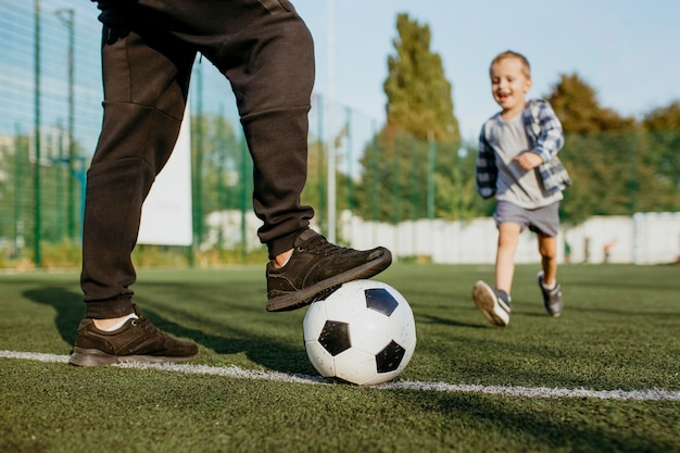 Padre e hijo, jugar al balompié