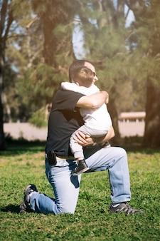 Padre e hijo juntos en el día del padre