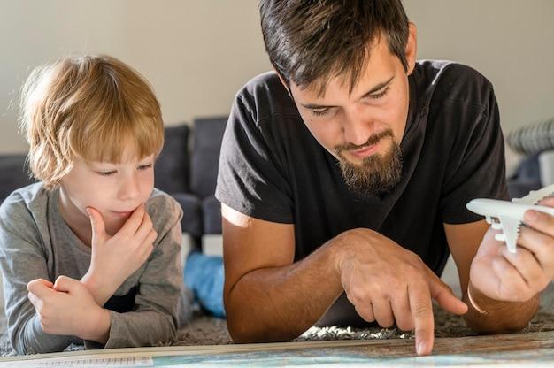 Padre e hijo mirando el mapa juntos en casa