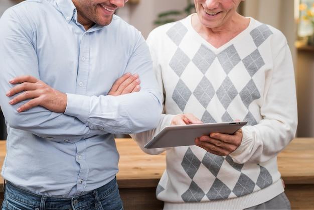 Padre e hijo mirando en la tableta