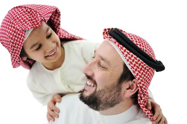 Padre e hijo musulmanes árabes