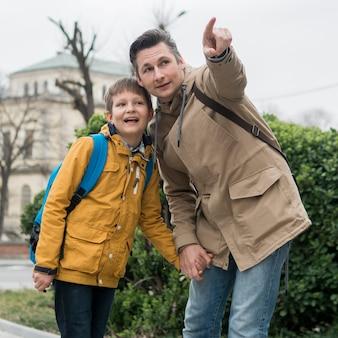 Padre e hijo pasan tiempo al aire libre