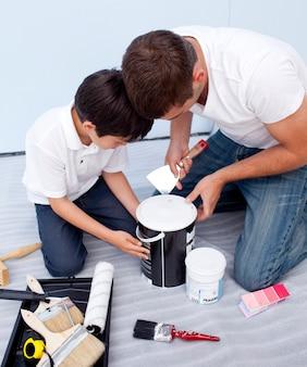 Padre e hijo pintando un dormitorio