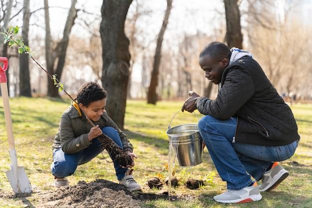 Padre e hijo plantando juntos