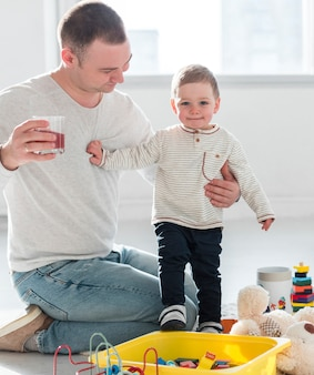 Padre e hijo posando en casa