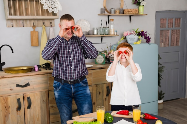 Padre e hijo posando en la cocina