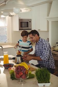 Padre e hijo preparando batidos en la cocina