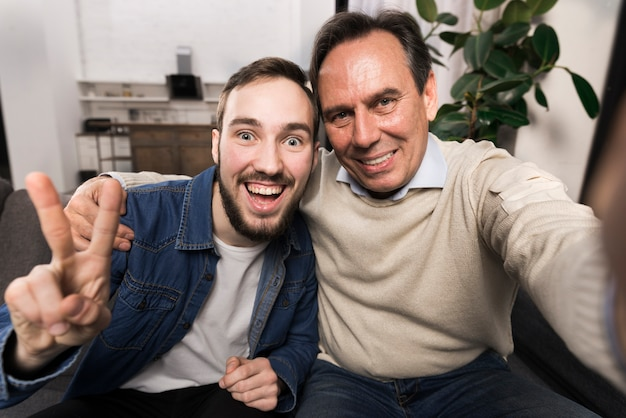 Padre e hijo tomando una selfie divertida