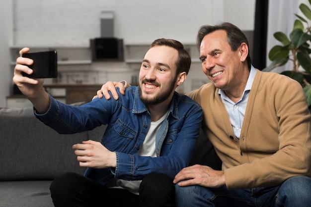 Padre e hijo tomando selfie