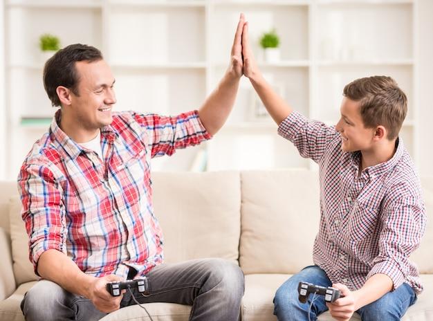 Padre e hijo vestidos casuales divirtiéndose en casa.