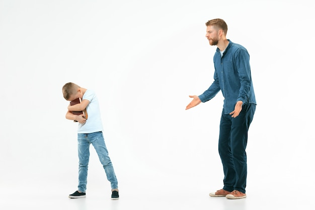 Padre enojado regañando a su hijo en casa