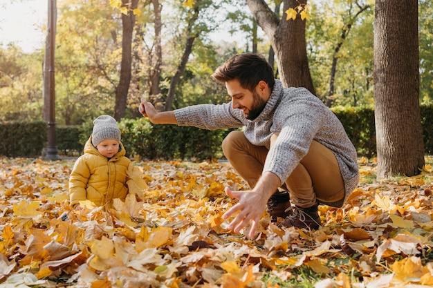 Padre feliz con bebé afuera