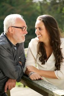 Padre feliz y hermosa hija vinculación