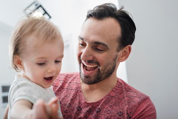 Padre feliz con su hijo