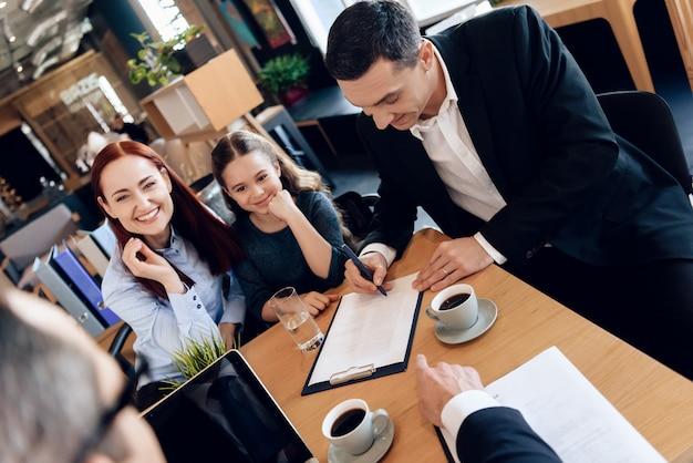 Padre firma documentos. familia en la oficina del abogado de familia.