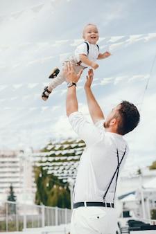 Padre guapo con lindo hijo pequeño