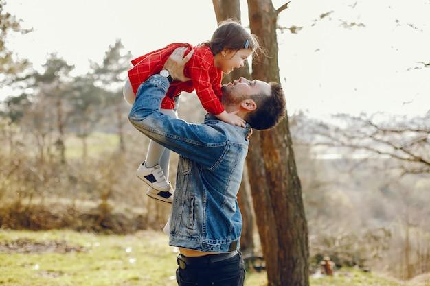Padre con hija en un bosque