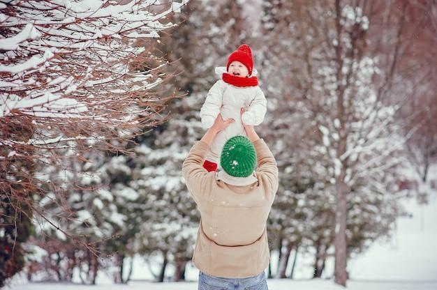 Padre con hija linda en un parque de invierno
