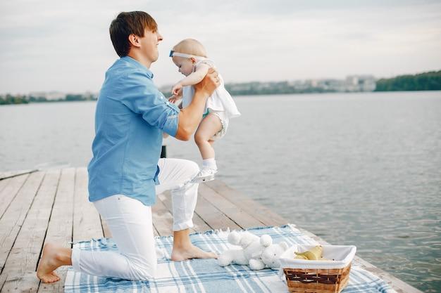 Padre con hija pequeña