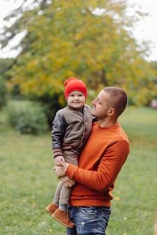Padre con hijo jugando en el jardín Foto gratis