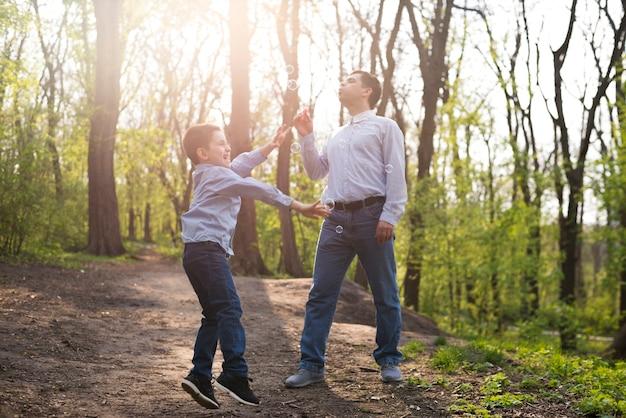Padre con hijo en la naturaleza