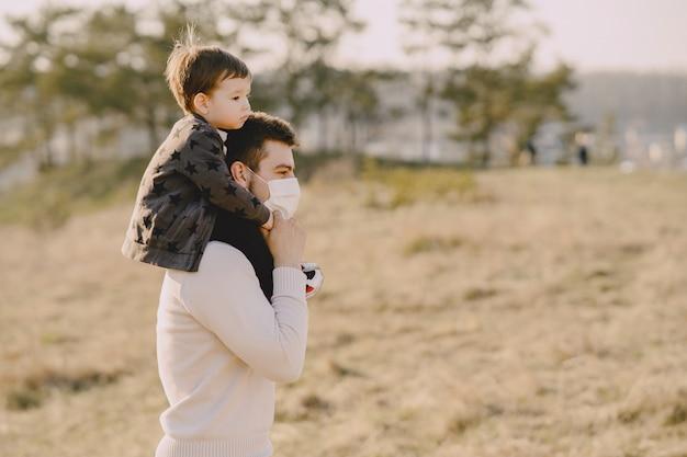 Padre con hijo pequeño con máscaras