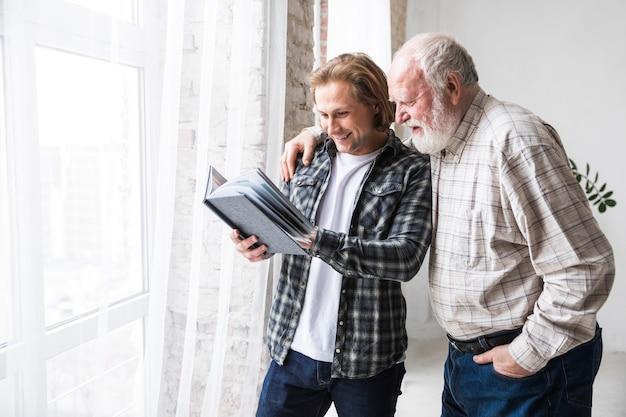 Padre con hijo viendo el álbum de fotos.