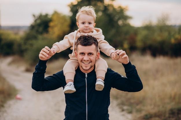 Padre joven con hijo pequeño en el parque