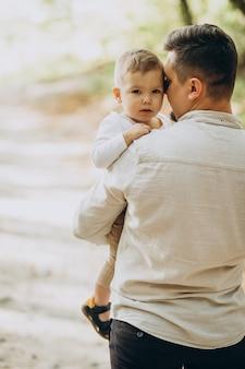 Padre joven con su hijo en el bosque