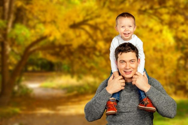 Padre joven y su hijo sonriente abrazándose y disfrutando del tiempo juntos, celebración del día del padre