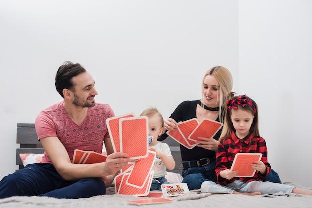 Padre jugando a las cartas con la familia