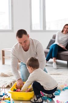 Padre jugando con el niño mientras la madre mira