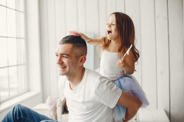Padre jugando con una pequeña hija
