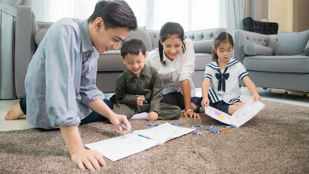 Padre y madre enseñando a los niños a hacer su tarea en casa