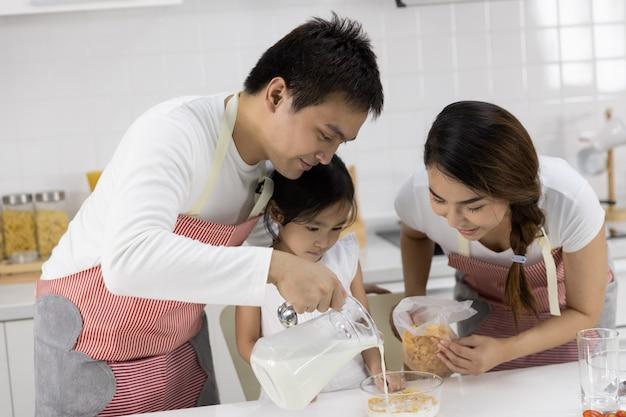 Padre y madre hacen el desayuno