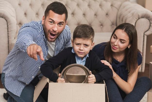 Padre y madre jugando con hijo