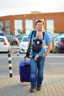 Padre de mediana edad activo con su pequeño hijo al aire libre.
