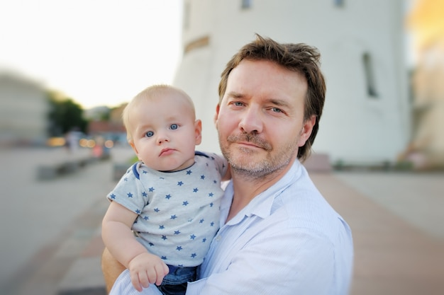 Padre de mediana edad y su hijo en una ciudad europea.