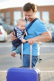 Padre de mediana edad con su pequeño hijo al aire libre.