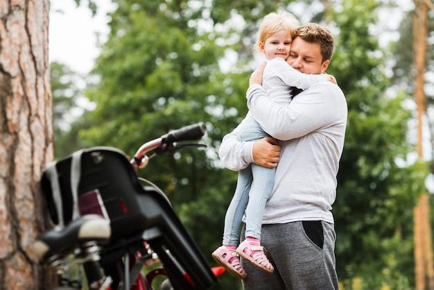 Padre medio tiro abrazando a hija