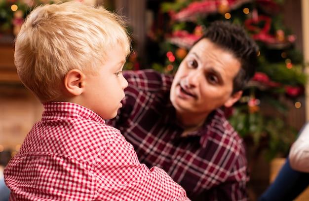 Padre mirando a su hijo serio