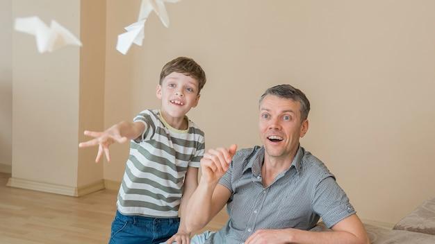 Padre monoparental y niño jugando