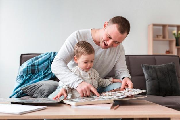 Padre mostrando libro al niño