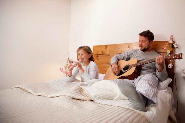 Padre y niña con instrumentos musicales